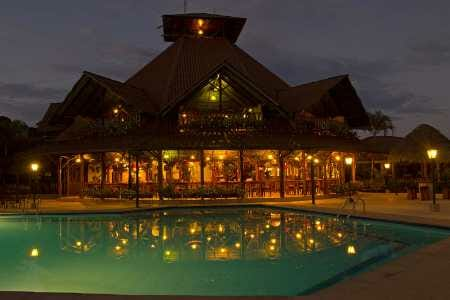 Casa del suizo lodge - swimming pool and central lodge illuminated at night