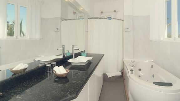 Angermeter waterfront inn hotel puerto ayora galapagos - bath and shower