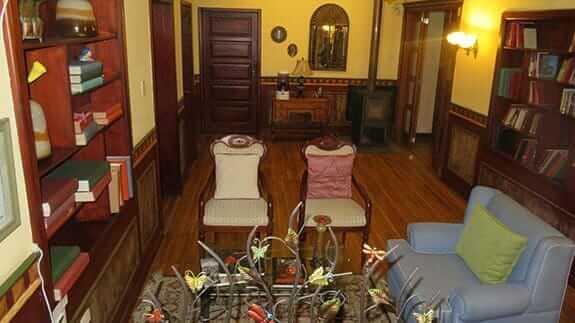 guest lounge area and library hotel casa aliso quito ecuador