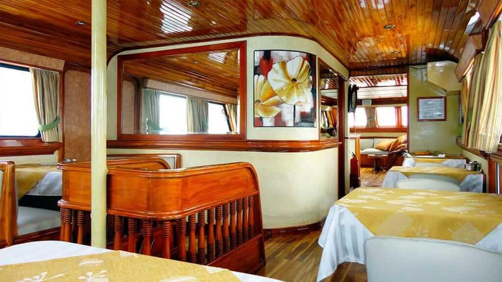 Estrella del mar yacht Galapagos cruise - dining area