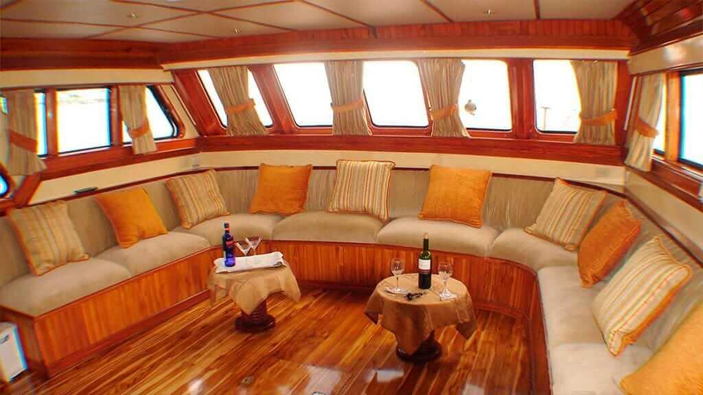 Estrella del mar yacht Galapagos cruise - social lounge area