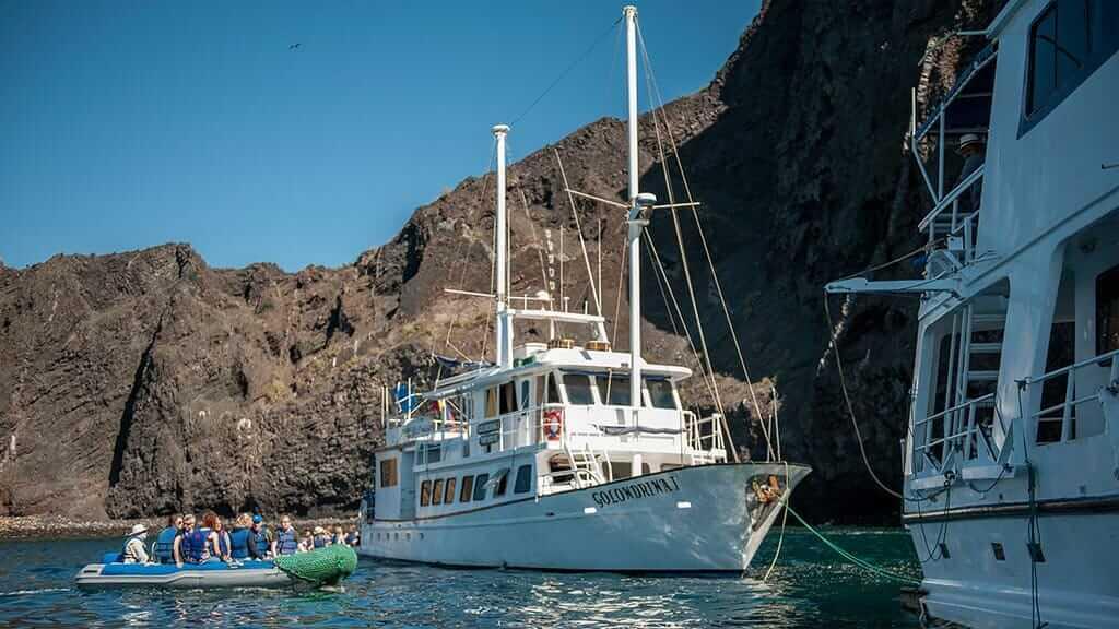 Golondrina yacht Galapagos cruise - tourists on panga