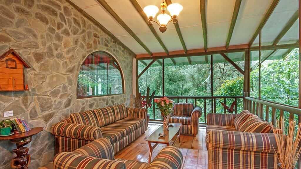 guango lodge ecuador - social area with sofas and books