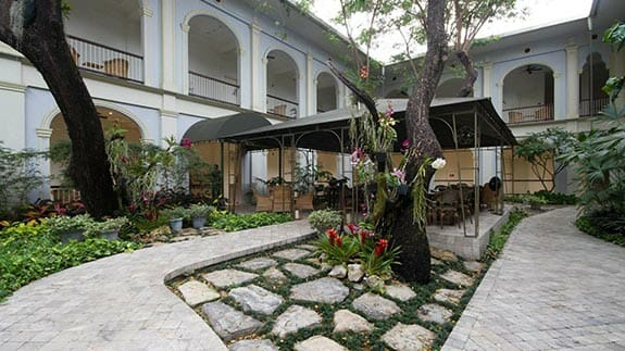 hotel del parque guayaquil - interior gardens and covered social area