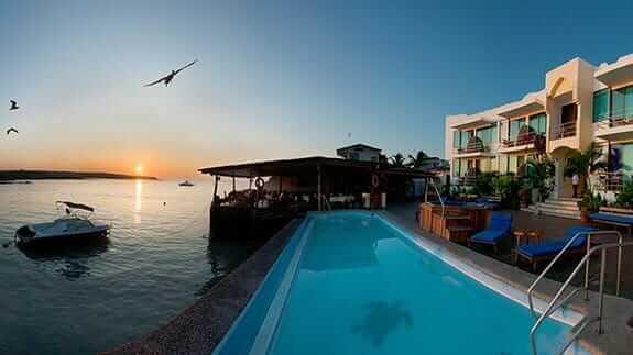 Hotel sol y mar puerto ayora galapagos - swimming pool in front of the ocean