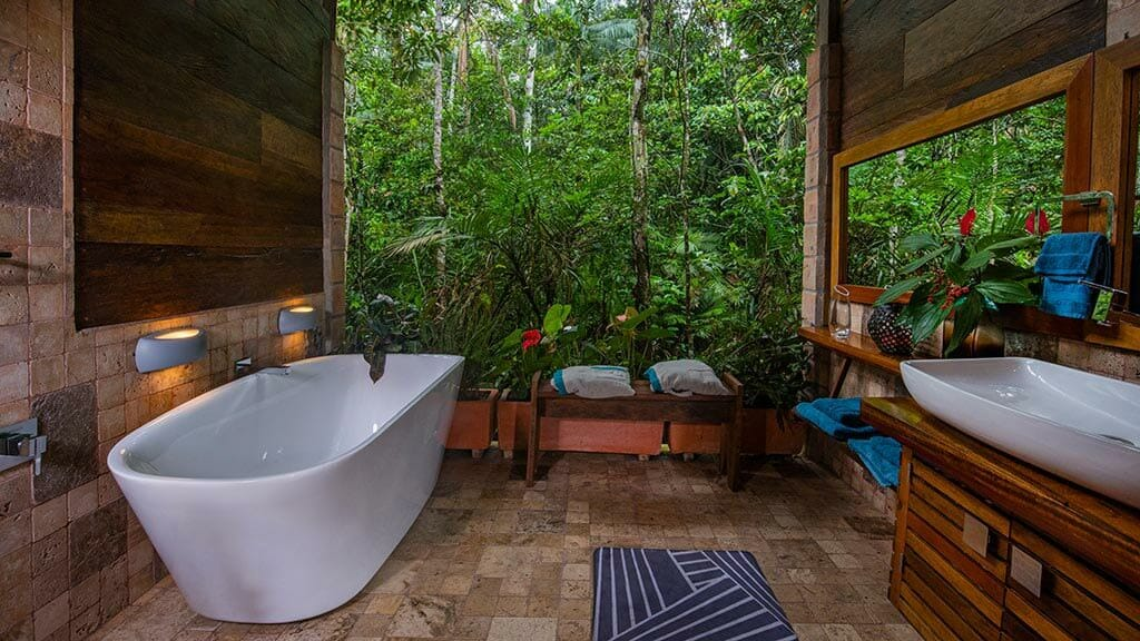 bathtub and wash basin in the suite bathroom at Jamu rainforest lodge ecuador