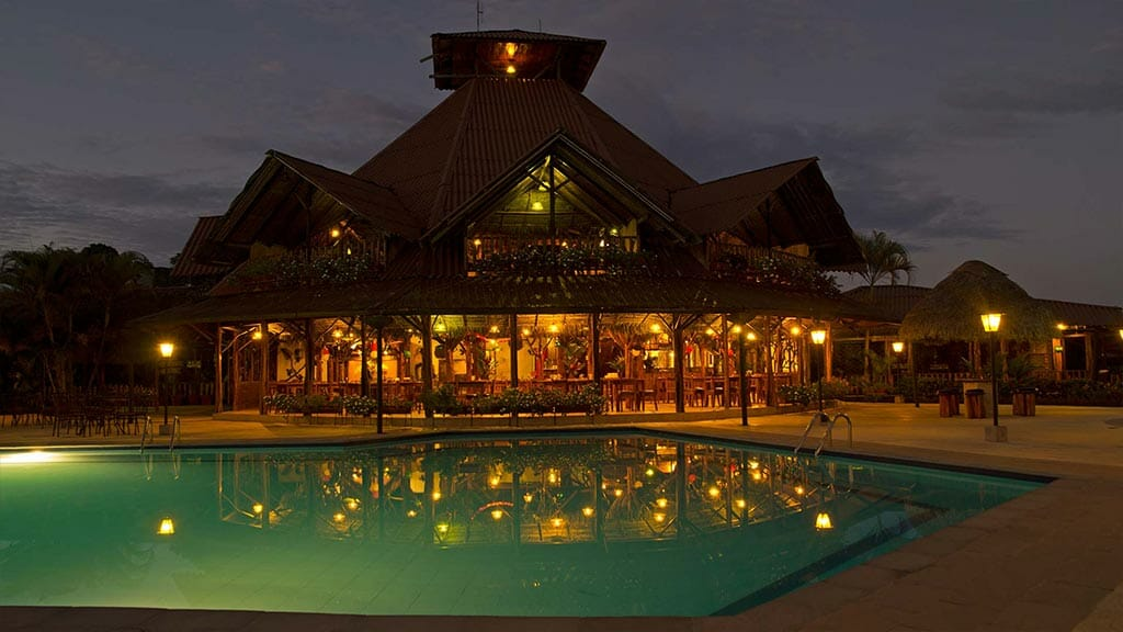 Casa del suizo lodge - swimming pool and central lodge illuminated at night