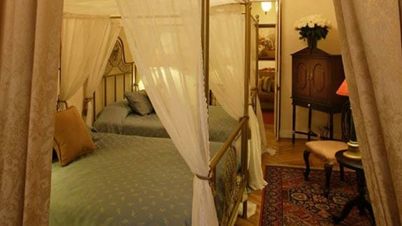 mansion del angel hotel quito - four poster bed guest room