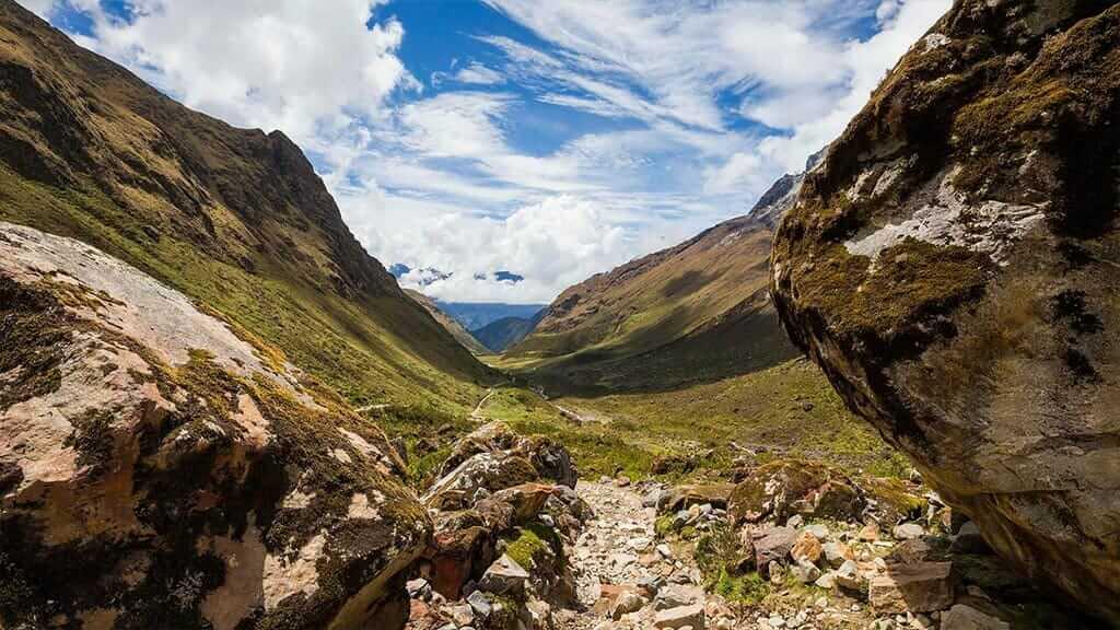 glacial valley scenery on the salkantay trek