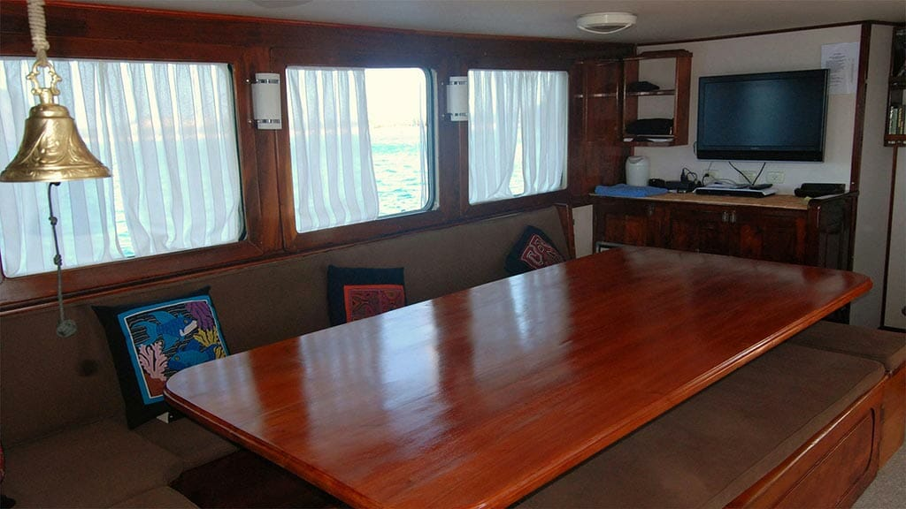 samba yacht galapagos - guest dining area with tv