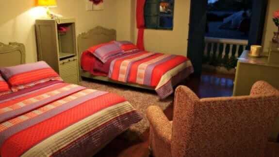 su merced hotel quito - twin bedroom
