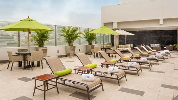 pool side sun loungers wyndham hotel guayaquil