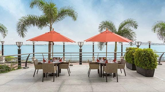 outdoor dining at wyndham hotel guayaquil