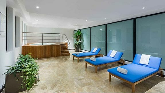 jacuzzi hot tub and loungers - Wyndham hotel quito airport ecuador