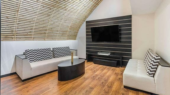 lounge with flat screen tv at wyndham hotel guayaquil