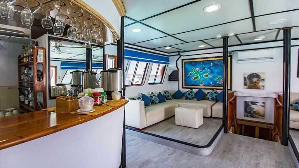 Yolita II yacht - social lounge and bar