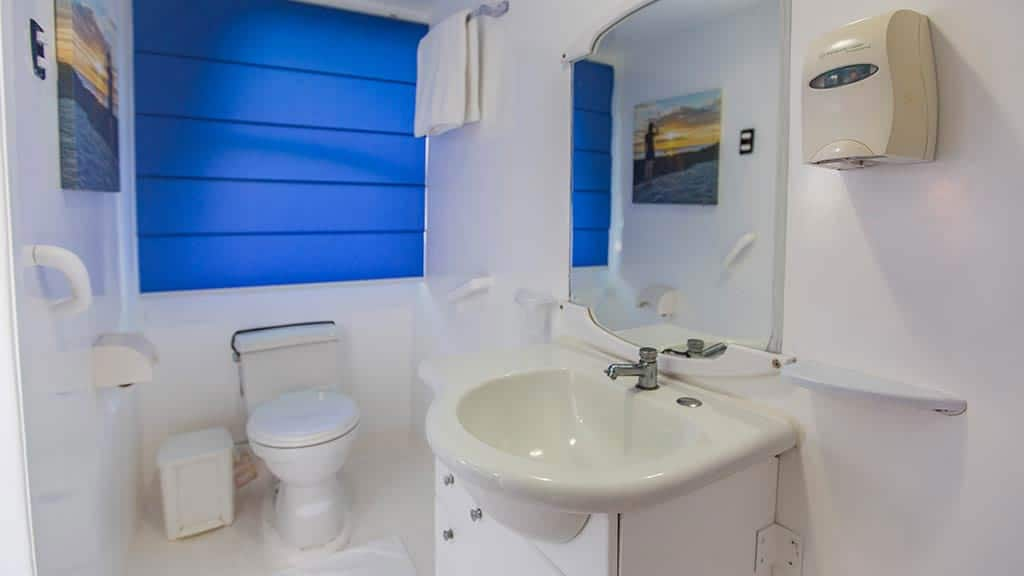 Yolita II galapagos yacht - ensuite guest bathroom