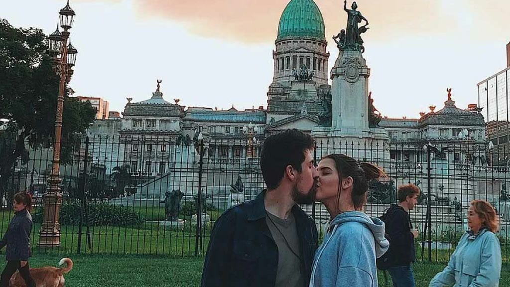 kissing in buenos aires south american city of romance