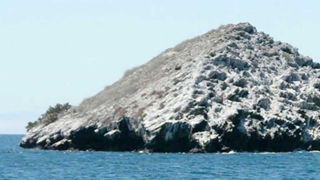 cousins rocks dive site at santiago galapagos