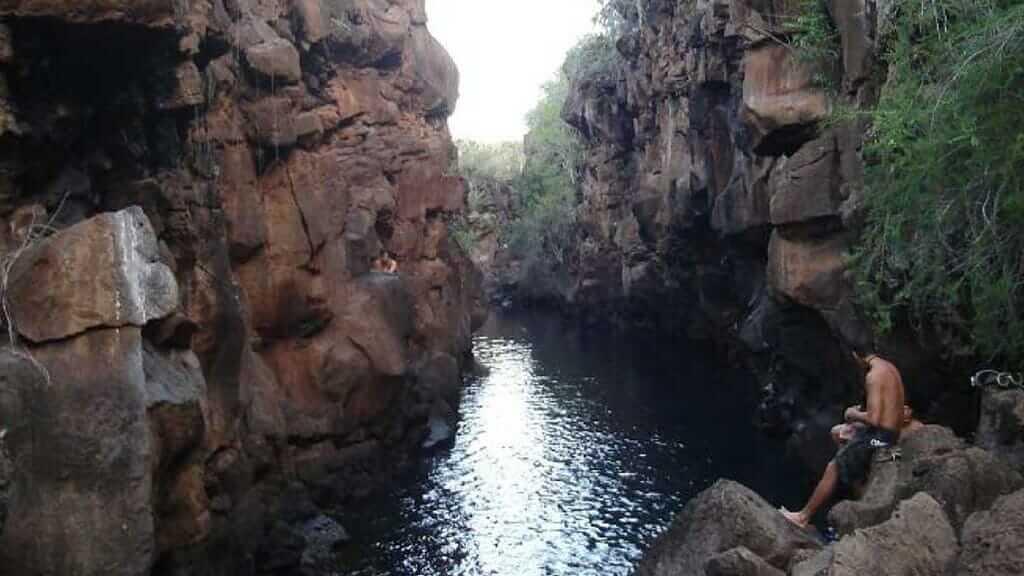 las grietas galapagos with tourists ready to swim