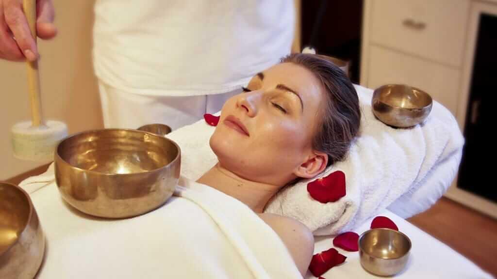 massage with tiebetan bowls baños ecuador spa
