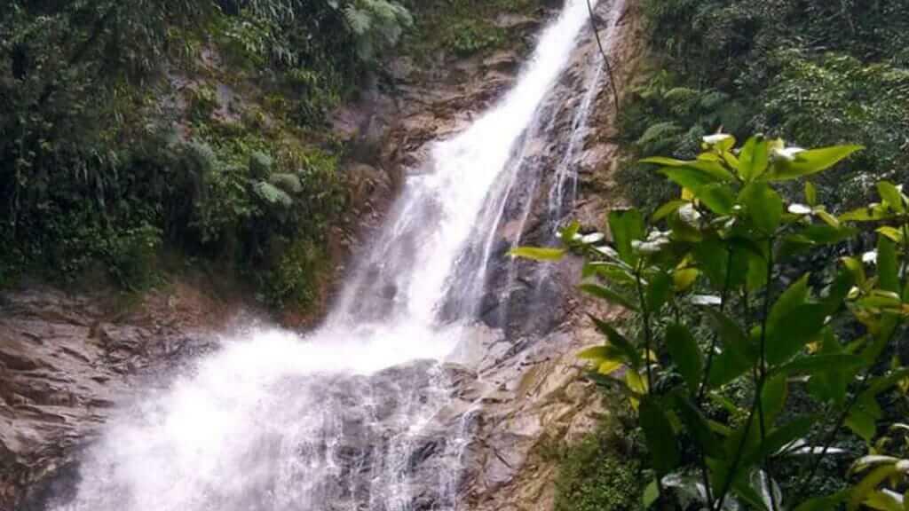 cascada poderosa ecuador