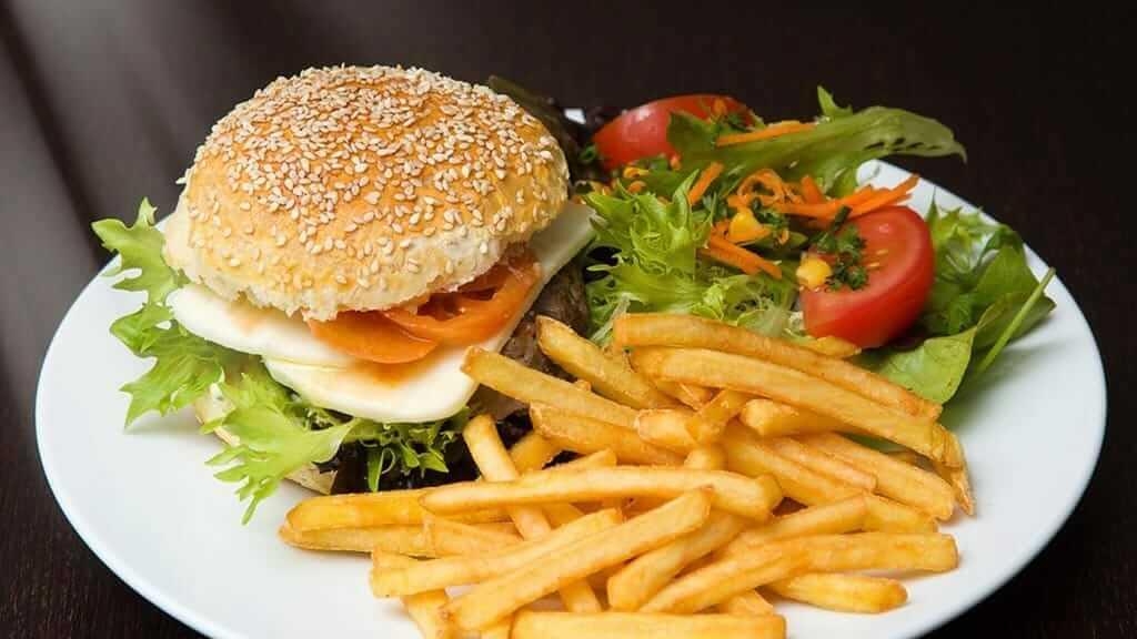 burger and chips at la piedra cantuña café lounge quito ecuador